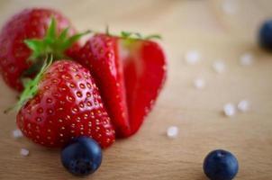Erdbeeren und Blaubeeren auf einem hölzernen Hintergrund dof und Nahaufnahme, foto