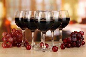 Rotwein im Glas auf Raumhintergrund foto