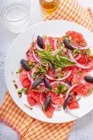 Grapefruitsalat mit Oliven, roten Zwiebeln, Basilikum foto