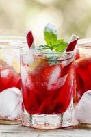 roter Cocktail mit Grapefruit und Eis foto