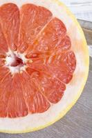Grapefruit auf hölzernem Hintergrund foto