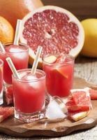 rosa Grapefruitgetränk mit Fruchtfleisch, selektiver Fokus foto