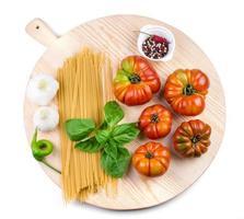 Tomaten, Knoblauchknollen, Basilikumblätter, Spaghetti und Pfeffermischung.