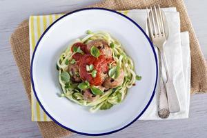 Putenfleischbällchen mit Zucchininudeln auf Teller foto