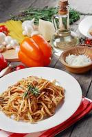 Pasta Bolognese auf dem Holztisch