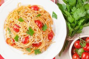 Spaghetti-Nudeln mit Tomaten und Petersilie