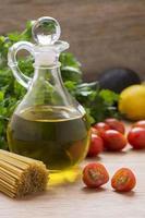 Olivenöl und mediterrane Lebensmittelzutaten foto