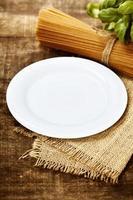 Vollkornspaghetti, Zutaten und Teller für Text foto