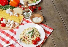 Pasta Carbonara auf dem Holztisch foto