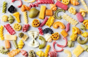 verschiedene bunte handgemachte Pasta Vielzahl Kopierraum foto