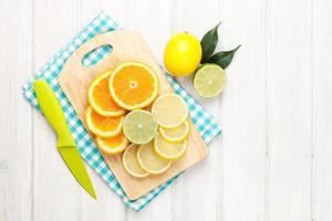 Zitrusfrüchte. Orangen, Limetten und Zitronen
