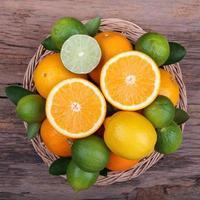 Mischung aus frischen Zitrusfrüchten foto