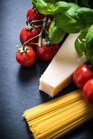 italienische Spaghetti-Zutaten, Lebensmittelhintergrund mit Kopienraum foto