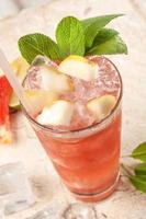 Draufsicht rotes Getränk mit Grapefruit und Birnen