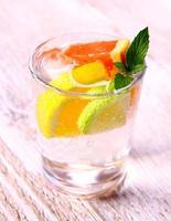 Zitruslimonade aus Grapefruit, Zitrone und Limette foto