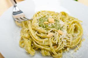 italienische traditionelle Basilikum Pesto Pasta Zutaten foto