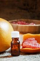 ätherisches Grapefruitöl in einer kleinen Flasche foto