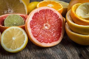 geschnittene Zitrusfrüchte auf rustikalem Hintergrund foto