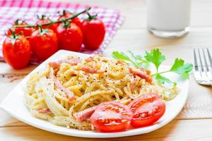 Pasta Carbonara auf der weißen Platte Nahaufnahme