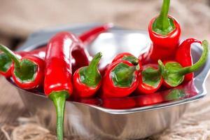kleine Schüssel mit roten Chilischoten
