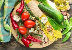 Zutaten zum Kochen von Nudeln mit Gemüse foto