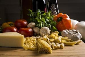 italienisches Essen roh mit Gemüse foto