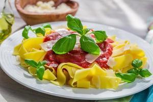 hausgemachte Pappardelle Pasta mit Tomatensauce und Basilikum