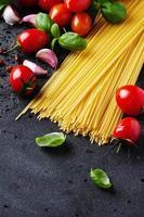 ungekochte Spaghetti mit Tomaten und Basilikum foto