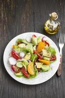 frisches Salatgericht mit Tomaten, Salat, Paprika, Zwiebeln und Avocad