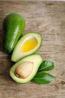 frische Avocado lokalisiert auf hölzernem Hintergrund