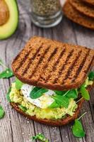 Sandwich mit Avocado und pochiertem Ei foto