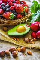Obst und Gemüse auf rustikalem Hintergrund foto