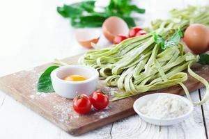 hausgemachte Tagliatelle mit Spinat foto