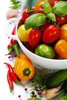 verschiedene Tomaten und Gemüse im Sieb foto
