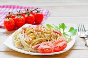 italienische Pasta Carbonara Gericht wunderschön serviert foto
