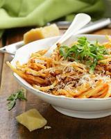 traditionelle Pasta mit Tomatensauce Spaghetti Bolognese mit Parmesan