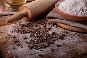 Tisch im Landhausstil mit Nudeln, Mehl und Öl. foto