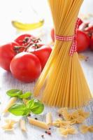 rohe Nudeln Olivenöl Tomaten. italienische Küche foto