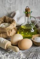 Mehl, Olivenöl, Eier - die Zutaten für die Zubereitung von Nudeln foto