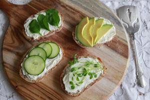 grüne Sauerteig-Sandwiches mit offenem Gesicht