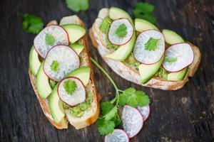 Toast mit Avocado und Radieschen foto