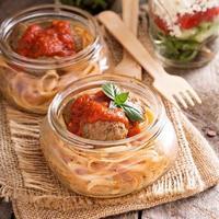 Spaghetti mit Fleischbällchen und Tomatensauce foto