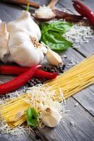 Nudeln, Knoblauch, Pfeffer, Basilikum und Parmigiano foto