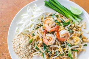 Thai Food Pad Thai, Nudeln mit Garnelen anbraten foto
