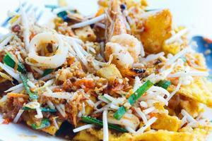 Pad Thai gebratene Nudeln aus Thailand auf weißem Teller umrühren