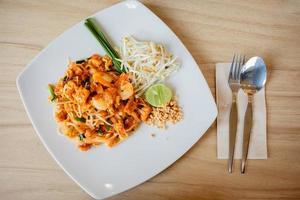 leckere Reisnudeln mit Garnelennahaufnahme auf einem Teller. horizontal