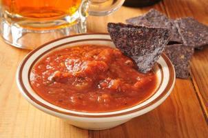 Tortillachips und Salsa foto