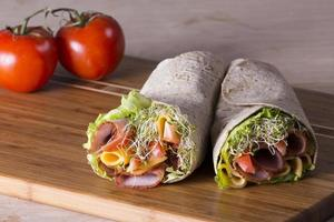 eingewickelte Tortilla-Sandwich-Brötchen foto