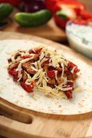 Tortilla mit Hühnchen und Paprika machen. Serie. foto