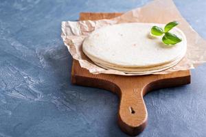 Weizenmehl Tortillas auf einem Pergament foto